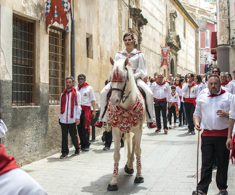 Caravaca de la Cruz, Spanien, am 2. Mai 2019: Pferd, das bei Caballos Del Vino vorgef?hrt wird stockbild