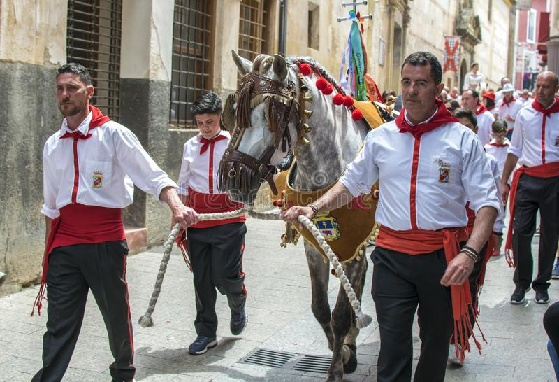 Caravaca de la Cruz, Spanien, am 2. Mai 2019: Pferd, das bei Caballos Del Vino vorgef?hrt wird stockfoto
