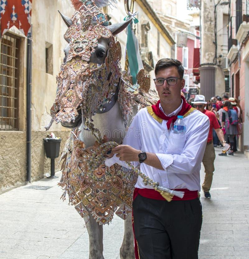 Caravaca de la Cruz, Spanien, am 2. Mai 2019: Pferd, das bei Caballos Del Vino vorgef?hrt wird stockfotos