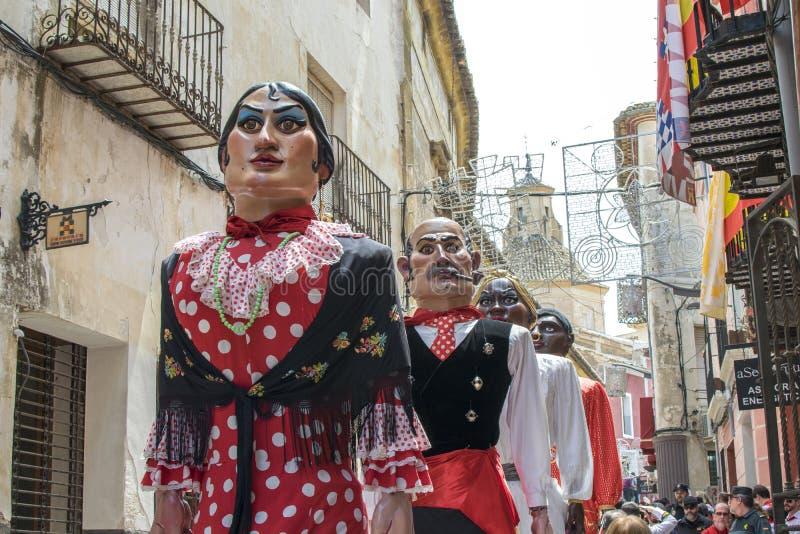 Caravaca de la Cruz, Spanien Maj 2, 2019: Jättar ståtar på festligheten Caballos del vino eller hästar av vin arkivfoton