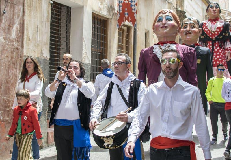 Caravaca de la Cruz, Spanien, Maj 2, 2019: Marschmusikband i processionen p? Los Caballos Del Vino eller h?star av vin royaltyfri fotografi