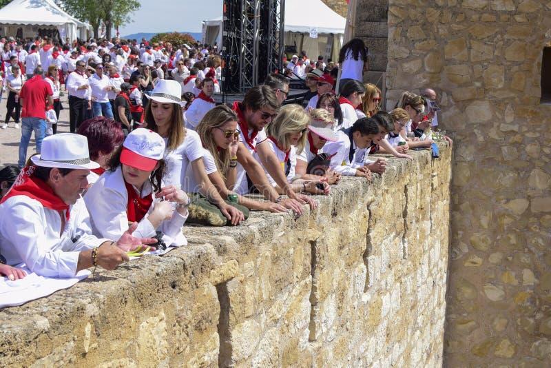Caravaca De Los angeles Cruz, Hiszpania, Maj 2, 2019: Ludzie ogląda Caballos Del Vino ścigają się od kasztelu w Caravaca De Los a fotografia stock