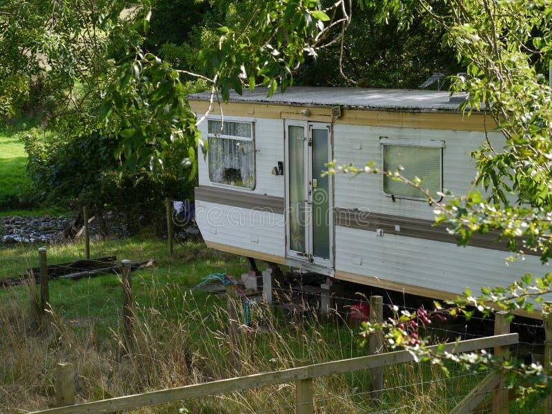 Caravan, aanhangwagen, leven ruw, door de rivier stock foto