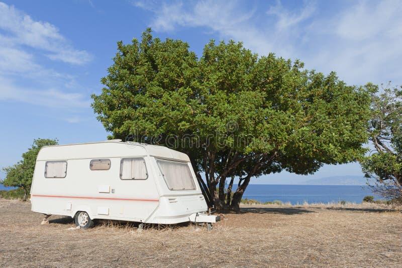 Caravan bij het kamperen door het overzees stock afbeelding
