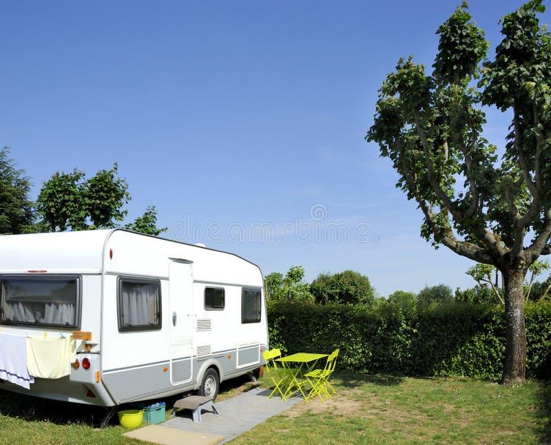 Caravan bij het kamperen met blauwe hemel royalty-vrije stock afbeelding