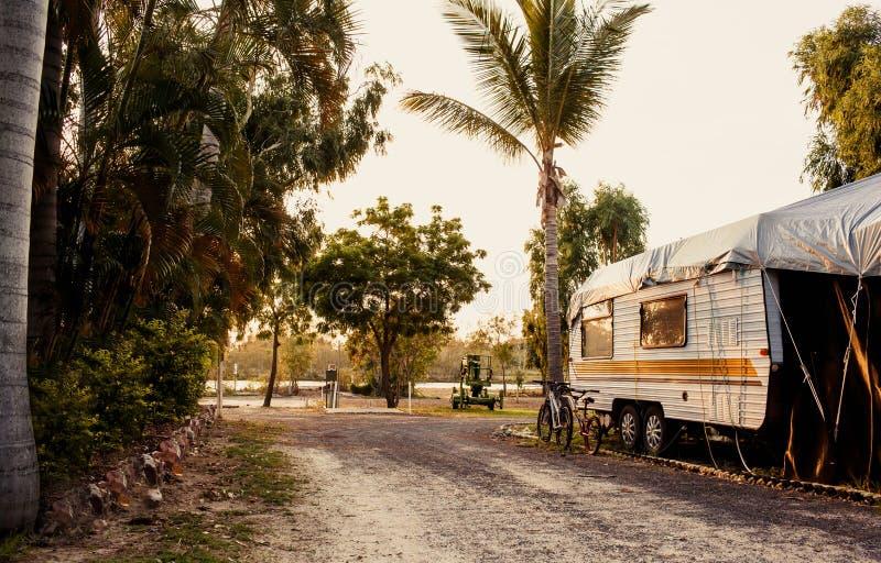 Caravan in het kamperen royalty-vrije stock afbeelding