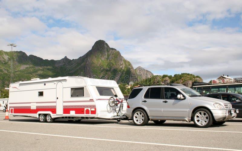 Caravan preoccupantesi dell'automobile di lusso con le bici sopra immagine stock libera da diritti