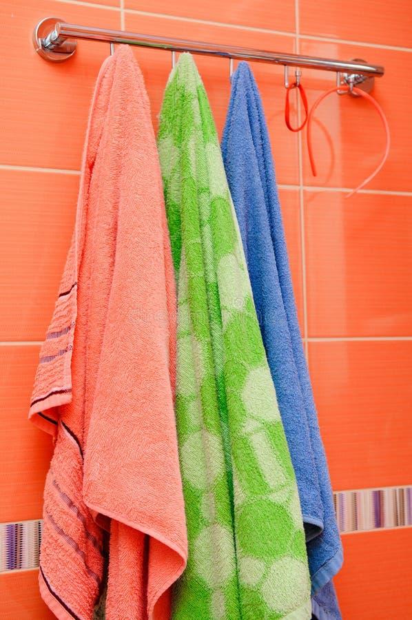 Attaccatura del bagno degli asciugamani puliti fotografia stock