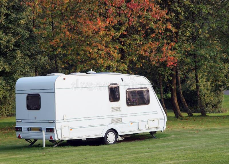 Caravan sul campsite in autunno fotografia stock