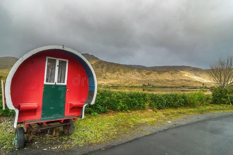 Caravana aciganada para acampar ou glamping, grupo em um ireland rural cênico fotografia de stock