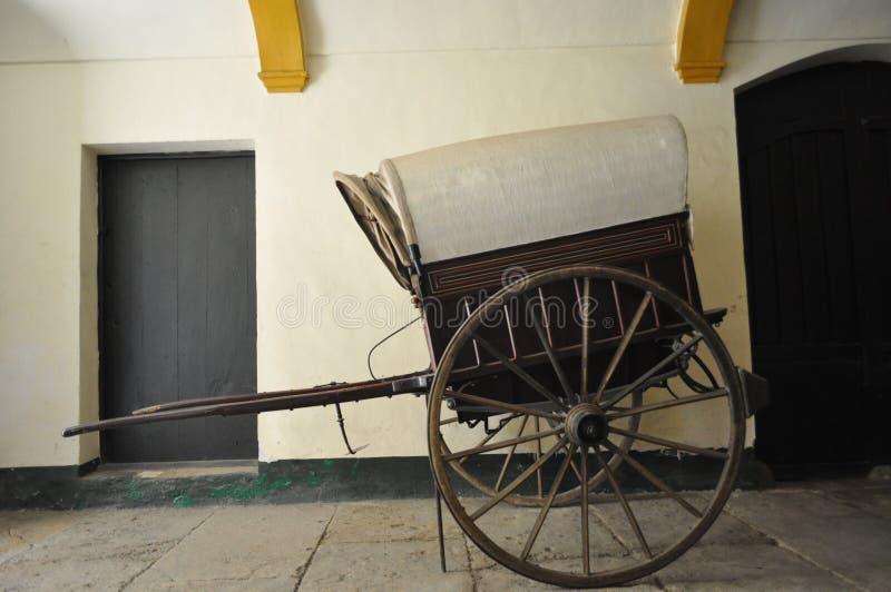 Caravana de madeira do carro do vintage imagem de stock royalty free
