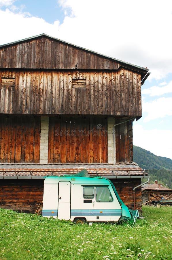 Caravana em desuso e construção agrícola de madeira foto de stock