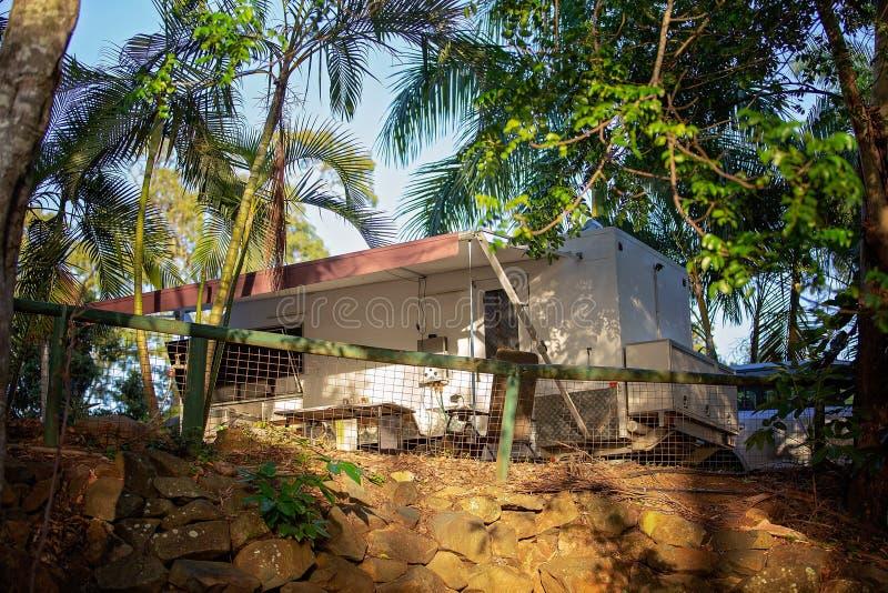 Caravana em um local de acampamento de Bushland imagens de stock royalty free