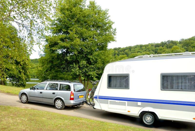 Caravana en acampar imagen de archivo