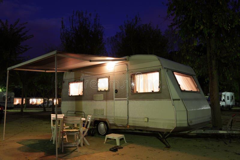 Caravana en un camping imágenes de archivo libres de regalías