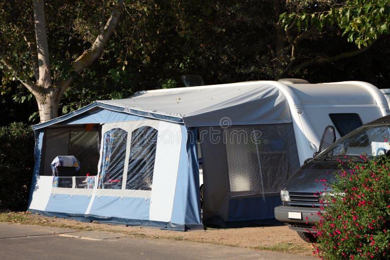Caravana en un camping imagen de archivo libre de regalías
