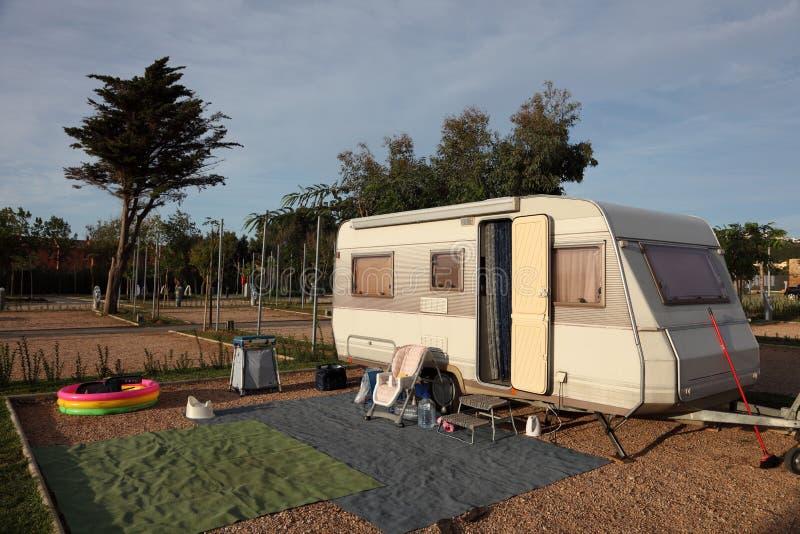 Caravana en un camping fotografía de archivo libre de regalías