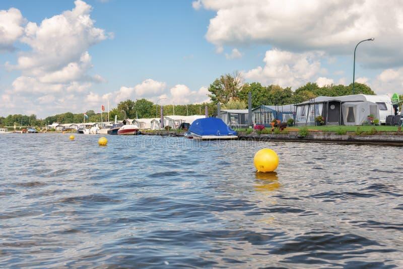 Caravana no centro recreativo Mijnden nos bancos do Loosdrechtse Plassen nos Países Baixos foto de stock