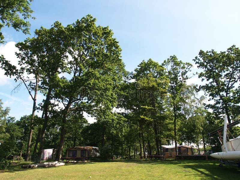 Caravana que acampam em um campground foto de stock royalty free