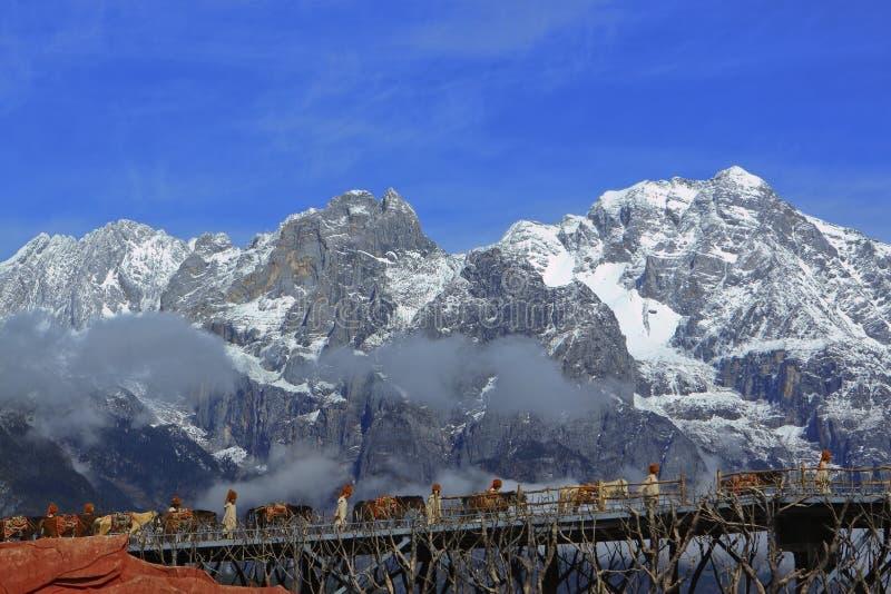 Caravana a través de la montaña de la nieve de Jade Dragon fotos de archivo