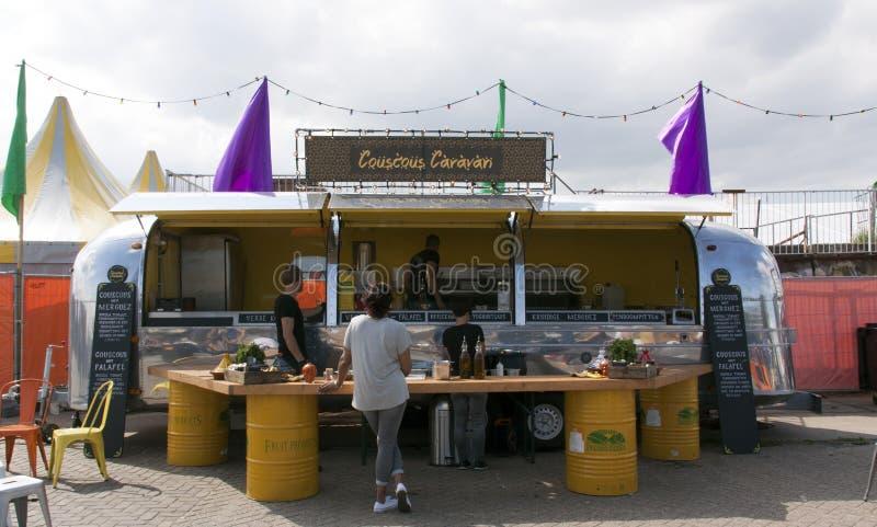 Caravane de courant d'air en service comme camion de nourriture vendant le couscous à l'AMS photos stock
