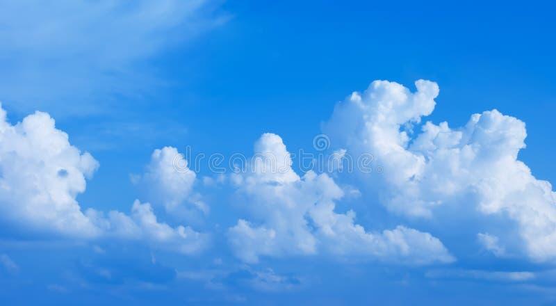 Caravane des nuages en ciel bleu photographie stock libre de droits
