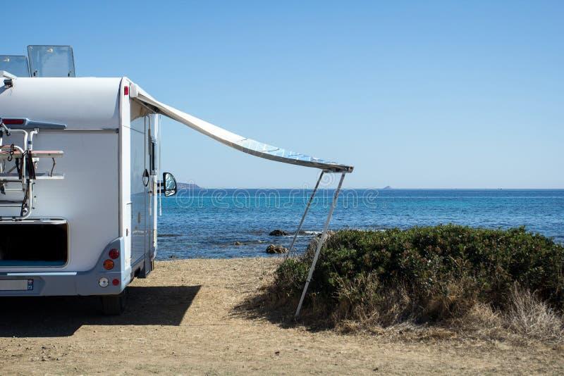 Caravane devant la mer photos stock