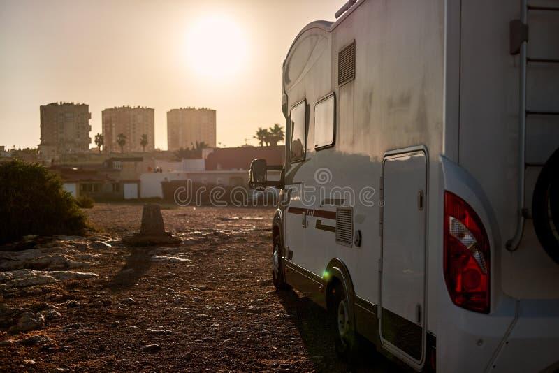 Caravane et coucher du soleil image stock