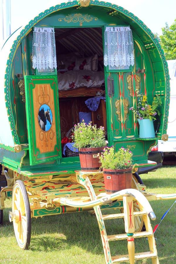 Caravane hippomobile colorée. photo libre de droits