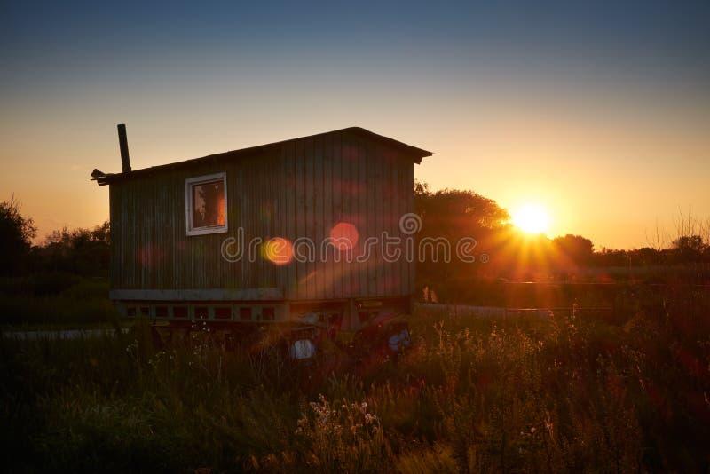 Caravane sur le champ photo stock