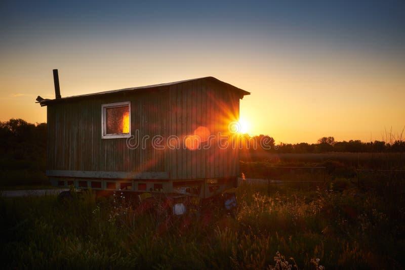 Caravane sur le champ photographie stock libre de droits