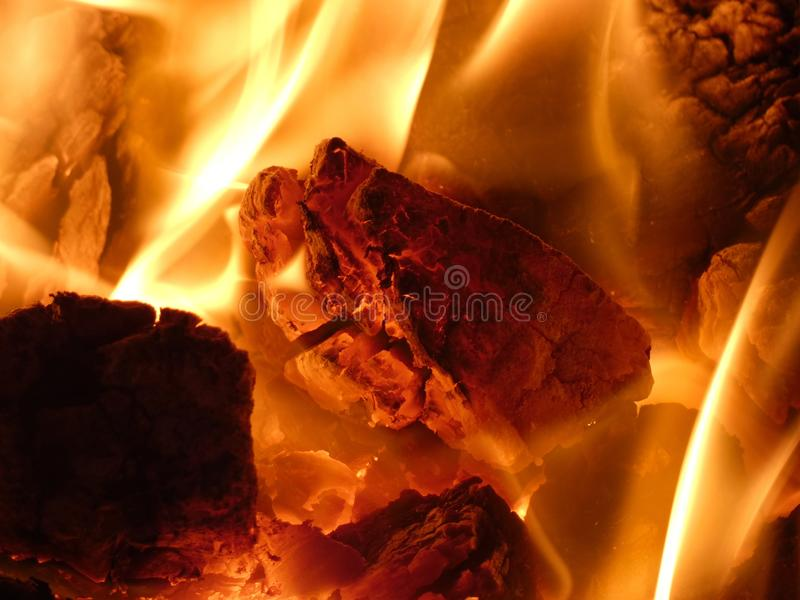Carbón ardiente en la estufa - combustible de calefacción en el invierno foto de archivo