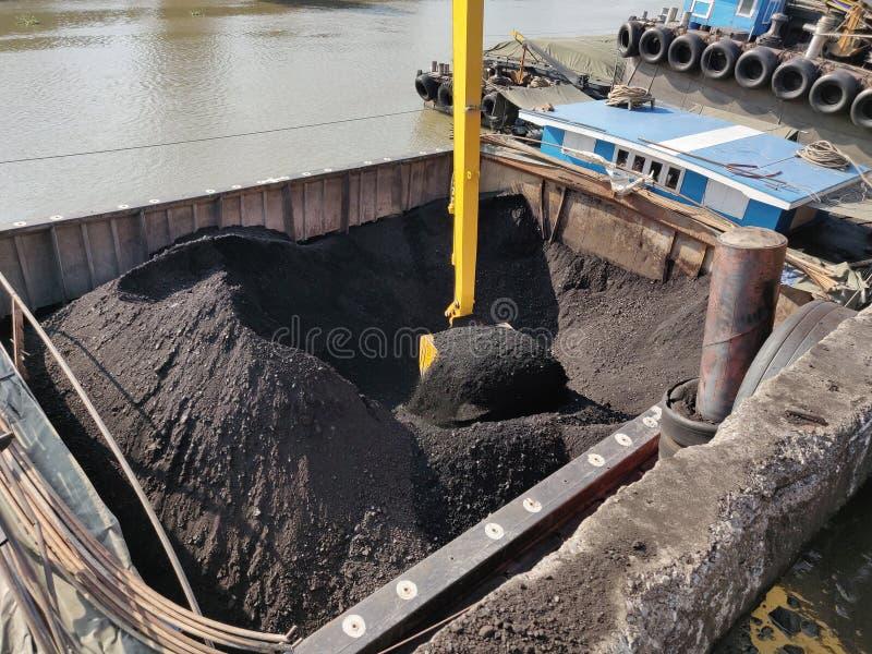 Carbón de la descarga del excavador en el embarcadero imagen de archivo