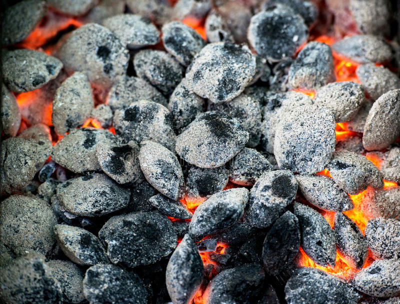 Carbón de leña ardiente imagenes de archivo