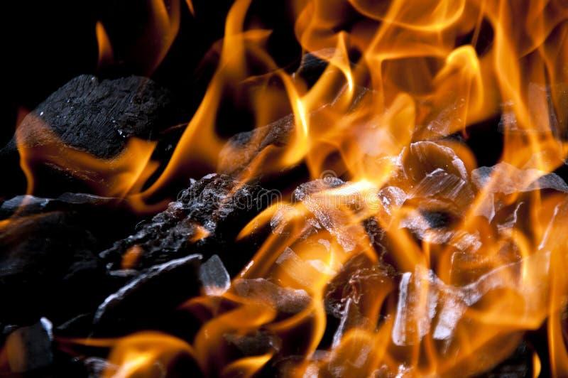 Carbón de leña caliente imagenes de archivo