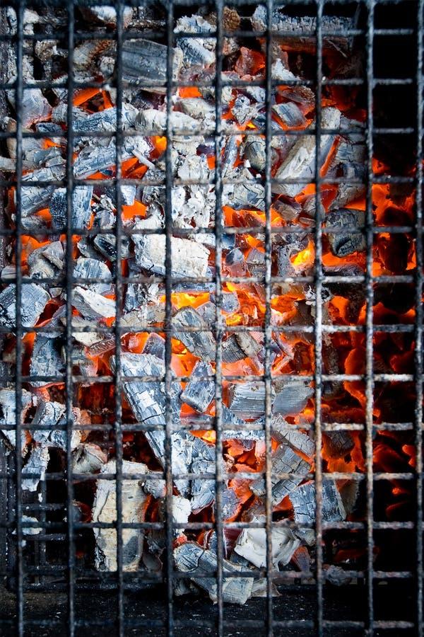 Carbón de leña caliente que brilla intensamente imagen de archivo