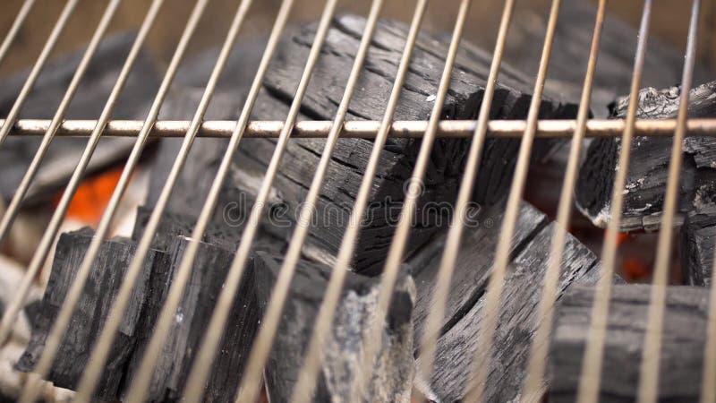 Carbón de leña caliente que brilla intensamente en la parrilla Pit With Flames, primer del Bbq Los carbones ardientes se cierran  foto de archivo
