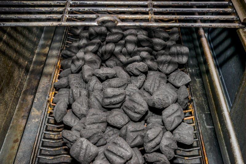 Carbón de leña cargado en la parrilla fotos de archivo libres de regalías