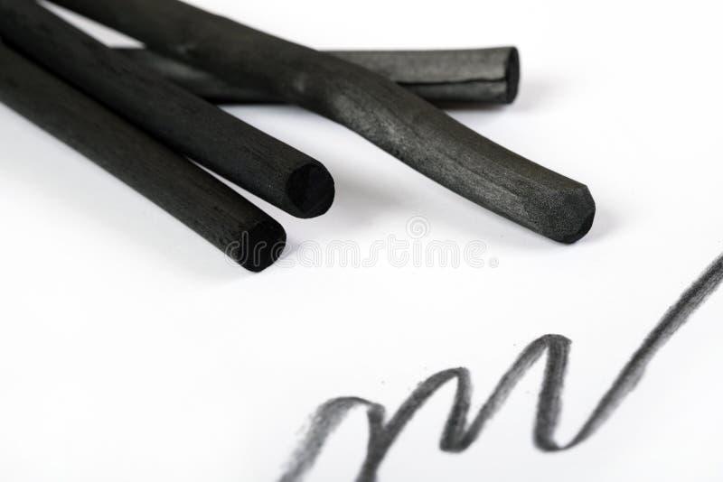 Carbón de leña del negro del ` s del artista con la mancha foto de archivo libre de regalías