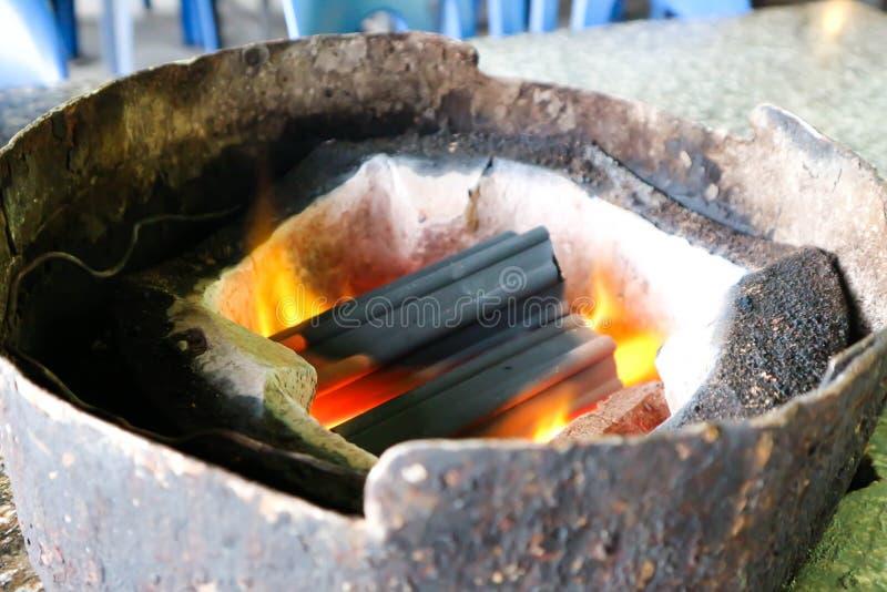 Carbón de leña en el asador fotografía de archivo libre de regalías