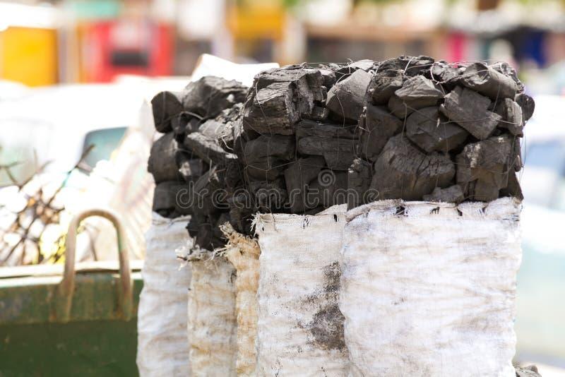 Carbón de leña para la venta en el mercado local fotografía de archivo