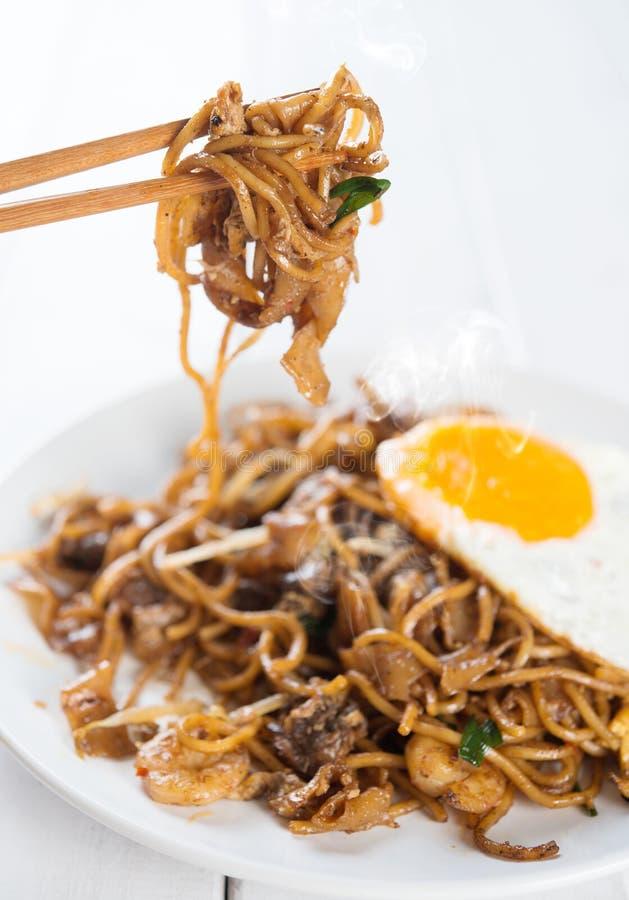 Carbón de leña sofrito plato asiático Kuey Teow fotos de archivo