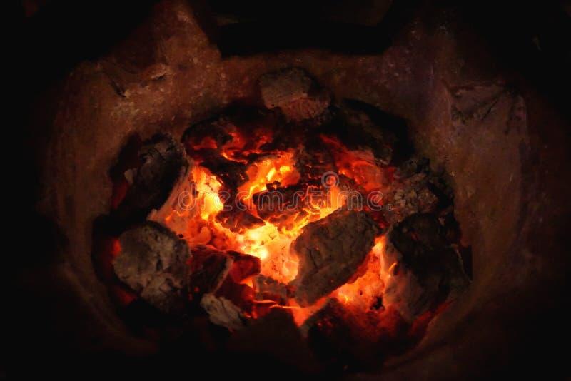 Carbón de leña y fuego calientes en estufa imagen de archivo libre de regalías
