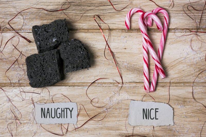 Carbón del caramelo y bastón de caramelo para los niños traviesos o agradables imágenes de archivo libres de regalías