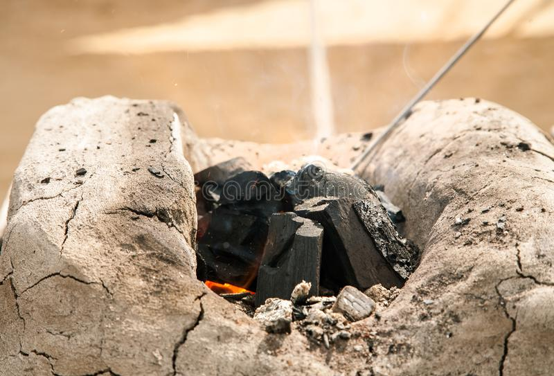 Carbón en un pequeño horno de un herrero imagen de archivo libre de regalías