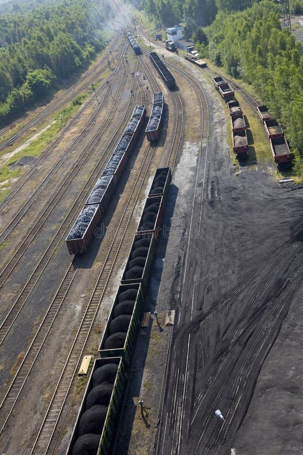 Carbón llenado en coches de ferrocarril fotografía de archivo