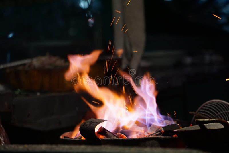 Carb?n de le?a tradicional que cocina la llama del fuego imagen de archivo