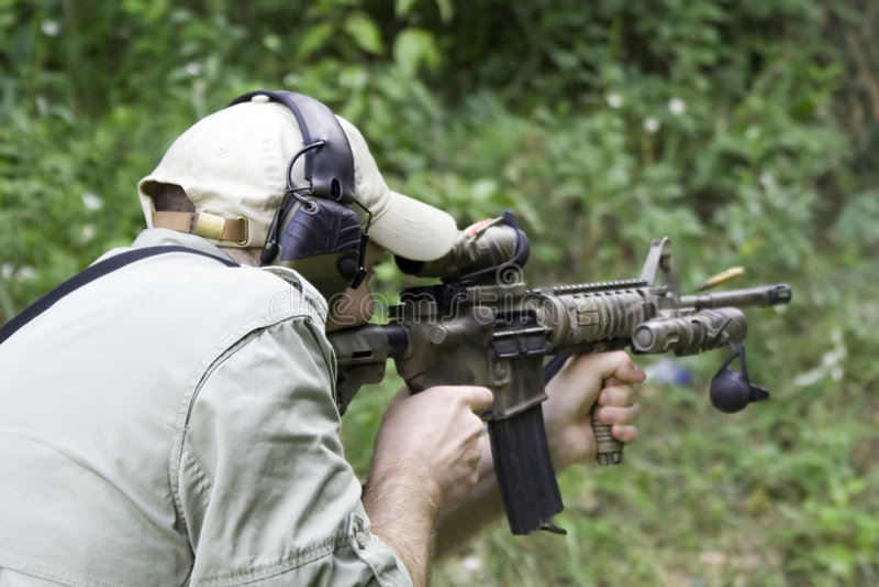 Carbine della fucilazione dell'uomo fotografia stock