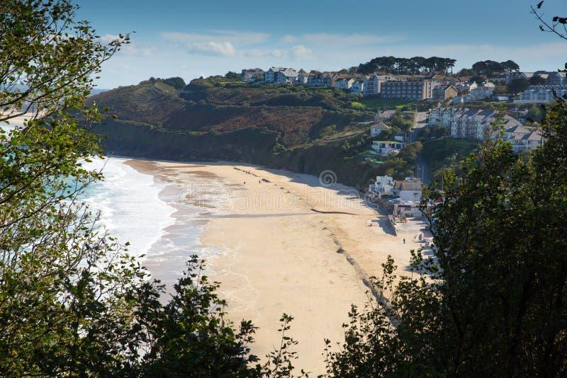 Carbisbaai Cornwall Engeland dichtbij St Ives en op de Weg van de Zuidwestenkust met een zandig strand stock afbeeldingen