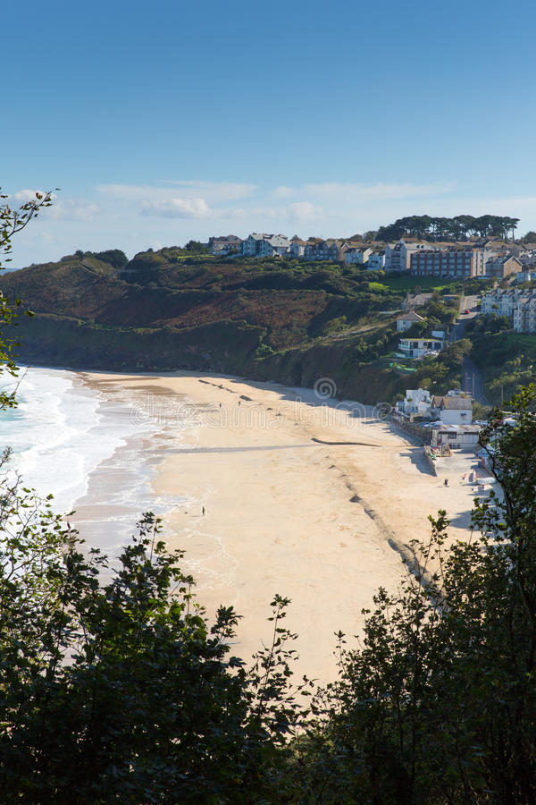 Carbisbaai Cornwall Engeland dichtbij St Ives en op de Weg van de Zuidwestenkust met een zandig strand stock foto's